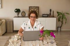 Freelance i ministerstwa spraw wewnętrznych pojęcie pracuje w domu kobietę Obraz Stock