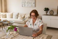 Freelance i ministerstwa spraw wewnętrznych pojęcie pracuje w domu kobietę Obrazy Royalty Free