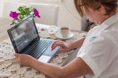 Freelance i ministerstwa spraw wewnętrznych pojęcie Pracy biurko z kobiety działaniem zdjęcie royalty free