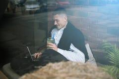 Freelance il lavoro in caffè Allievo allegro Immagini Stock