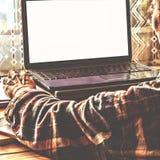 Freelance il lavoro per lo spazio a casa dietro un computerr Fotografia Stock