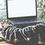 Freelance il lavoro per lo spazio a casa dietro un computerr Immagine Stock