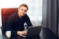 Freelance journalist die een artikel thuis op laptop maken royalty-vrije stock foto