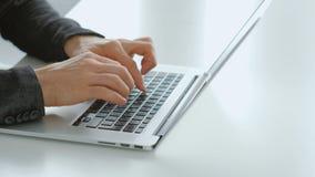 Freelance la battitura a macchina a distanza delle mani dell'uomo del computer portatile di lavoro del lavoro archivi video