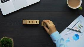 Freelance, la donna di affari che fa la parola dei cubi, cercante l'impiegato temporaneo archivi video