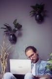 Freelance mężczyzna pracuje daleko w domu atmosferę Obrazy Stock
