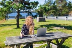 Freelance meisje dat aan laptop in mooie landschappen werkt Royalty-vrije Stock Afbeelding