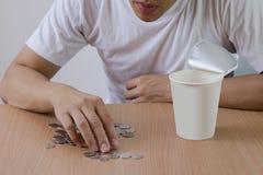 Freelance mens om geen salaris te hebben de uit beklemtoonde muntstukken tellen, stock afbeelding