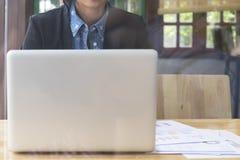 Freelance of onderneemster die met computerlaptop werken Royalty-vrije Stock Afbeeldingen