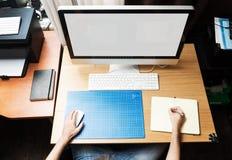 Freelance ontwikkelaar of ontwerper die thuis werken Royalty-vrije Stock Foto's