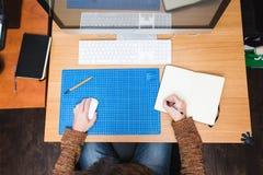 Freelance ontwikkelaar of ontwerper die thuis werken Stock Afbeeldingen