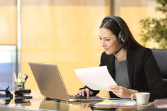 Freelance operator working online Royalty Free Stock Photography