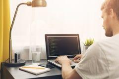 Freelance programmeur die van huis werken stock foto's