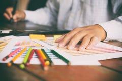 freelance projektant grafik komputerowych używa cyfrową pastylkę, komputer, mężczyzna w Obrazy Royalty Free