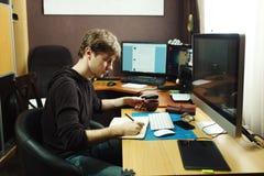 Freelance przedsiębiorca budowlany i projektant pracuje w domu zdjęcia royalty free
