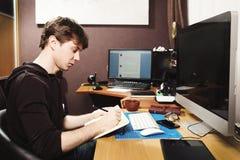 Freelance przedsiębiorca budowlany i projektant pracuje w domu zdjęcia stock