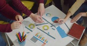 Freelance teambrainstorming op creatief kantoor stock video