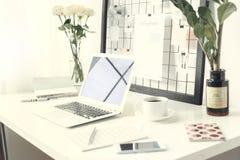 Freelance werkruimtelaptop op een bureau geen close-up van het mensen zijaanzicht royalty-vrije stock afbeeldingen