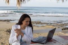 Freelance wijfje door het overzees met laptop stock foto