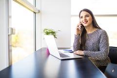 Freelancer żeński działanie na kreskowym, opowiadać na telefonie i wyszukiwać w w domu laptopie lub biurze Obrazy Royalty Free