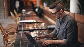 Freelancer που εργάζεται σκληρά στον καφέ φιλμ μικρού μήκους