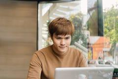Αρσενικό freelancer που συνδέει με το ραδιόφωνο μέσω του φορητού προσωπικού υπολογιστή, στοχαστική εργασία επιχειρηματιών στο σημ στοκ φωτογραφίες με δικαίωμα ελεύθερης χρήσης