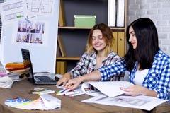 Freelancer binnenlandse ontwerper die in ontwerpstudio werken stock afbeeldingen