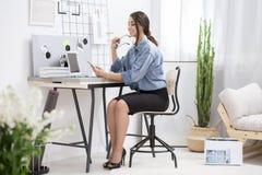 Freelancer bonito que usa el ordenador portátil fotografía de archivo