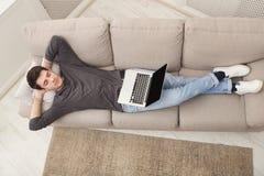 Freelancer con exceso de trabajo durmiente con el ordenador portátil Imagen de archivo libre de regalías