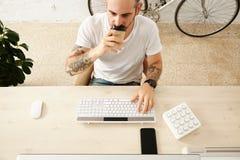 Freelancer con muchas aficiones que trabajan en casa fijado foto de archivo libre de regalías