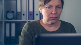 Freelancer de sexo femenino agotado cansado que trabaja en el ordenador portátil Fotos de archivo libres de regalías