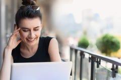 Freelancer de sexo femenino en su lugar de trabajo al aire libre Fotografía de archivo libre de regalías