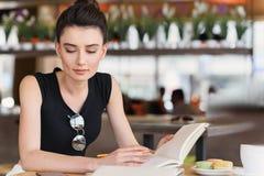 Freelancer de sexo femenino pensativo que estudia en un caff Fotos de archivo libres de regalías