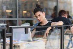 Freelancer de sexo femenino que descansa fuera de un café Imagen de archivo