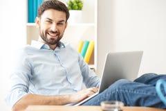 Freelancer de sexo masculino experto que usa el ordenador para el trabajo Foto de archivo