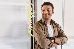 Freelancer de sexo masculino feliz que reflexiona sobre sobre nuevas ideas Fotografía de archivo