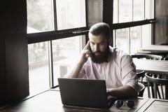 Freelancer de sexo masculino joven que trabaja con éxito del ordenador portátil megabus fotos de archivo libres de regalías