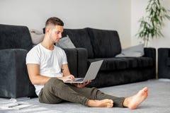 Freelancer del individuo con el ordenador portátil que trabaja en casa imágenes de archivo libres de regalías
