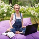 Freelancer die in de tuin werken Schrijven, die in Internet surfen Jonge vrouw die en pret op parkgebied ontspannen hebben die co royalty-vrije stock afbeeldingen