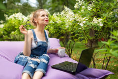 Freelancer die in de tuin werken Schrijven, die in Internet surfen Jonge vrouw die en pret op parkgebied ontspannen hebben die co royalty-vrije stock afbeelding