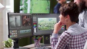 Freelancer die met een redacteur aan één of andere lengte werken stock footage