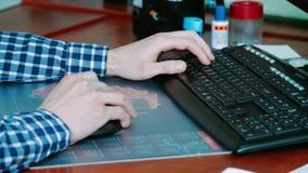 Freelancer die met toetsenbord en computermuis werken Het typen van tekst op toetsenbord stock video