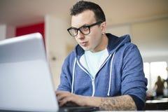 Freelancer die van huis werken Stock Foto