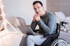 Freelancer discapacitado enigmático que sueña sobre nuevo proyecto imagen de archivo libre de regalías