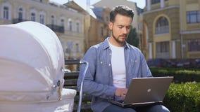 Freelancer dosłania laptopu email, kołyszący spacerowicz, rodzina i kariera, balansujemy zbiory wideo