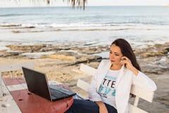 Freelancer en la playa foto de archivo