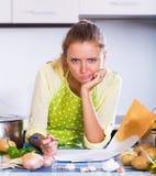 Freelancer fêmea com originais na cozinha Fotos de Stock