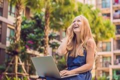 Freelancer fêmea novo que senta-se perto da associação com seu portátil dentro Foto de Stock Royalty Free