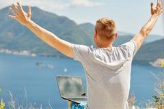 Freelancer joven que usa el ordenador portátil Fotografía de archivo libre de regalías