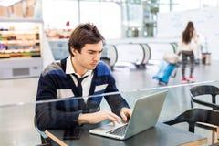 Freelancer koncentrerat arbete på bärbara datorn Royaltyfri Foto